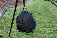 Если штатив имеет специальный крюк, можно прицепить и фото-сумку с оборудованием